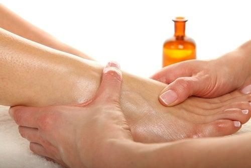 Hydrater les pieds crevassés avec l'huile de bébé.