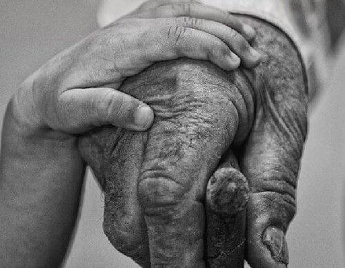 Les grands-parents ont les cheveux d'argent et le cœur d'or