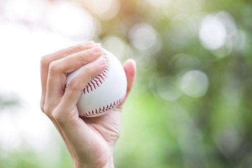 exercice avec une balle pour traiter les douleurs et l'engourdissement des mains.