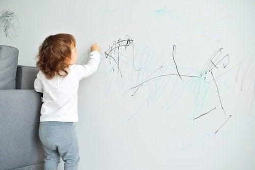 Petite-fille-peignant-mur-500x334