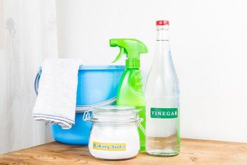 Préparez vos solutions nettoyantes à la maison.