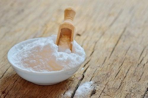 Utilisez du bicarbonate de sodium pour désodoriser vos serviettes de toilette.