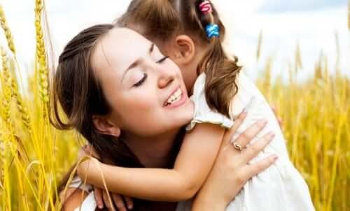 Câlin entre une mère et sa fille