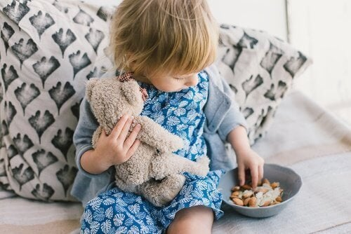 Enfant qui mange une amande