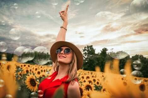 Une femme heureuse dans un champ de tournesols.