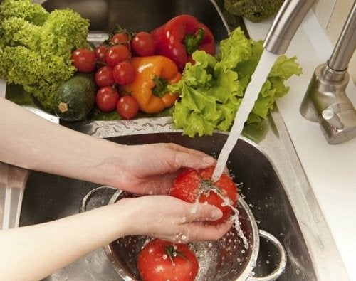 Femme qui lave des légumes