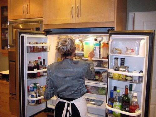 Femme qui ouvre son réfrigérateur