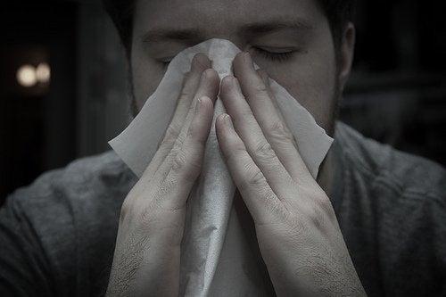 Un homme qui se mouche le nez.