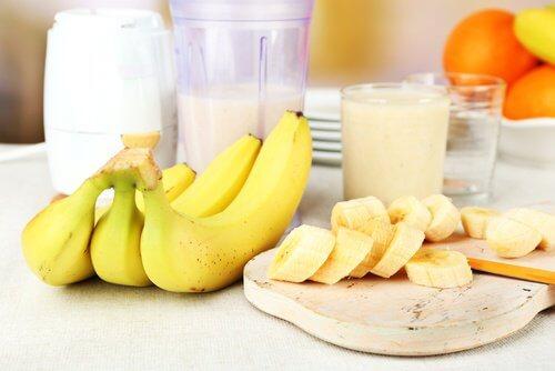 Lisser naturellement les cheveux avec la banane et le lait.