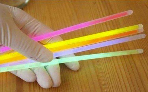 Comment faire un flacon lumineux avec des bâtons : étape 3