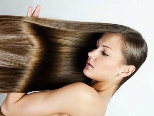 Lisser naturellement les cheveux.