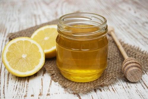 Lisser naturellement les cheveux avec le citron et le miel.