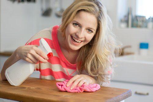 Femme heureuse de faire le ménage