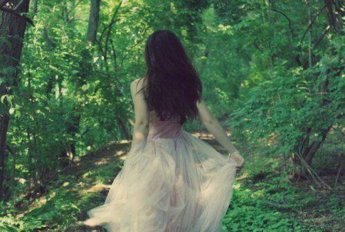 une femme court dans la forêt