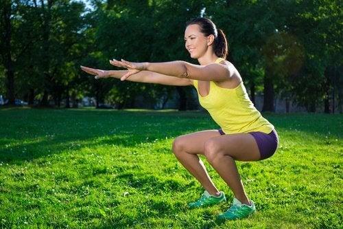 femme faisant des flexions
