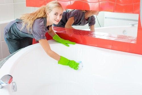 La baignoire peut être lavée tout simplement avec du vinaigre blanc.