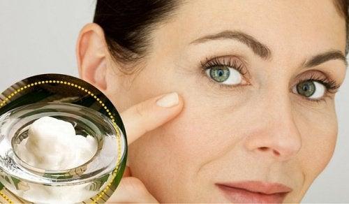Nettoyez votre visage avec cette lotion chaque jour pour diminuer taches et rides