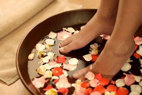 Mettre ses pieds dans l'eau froide.