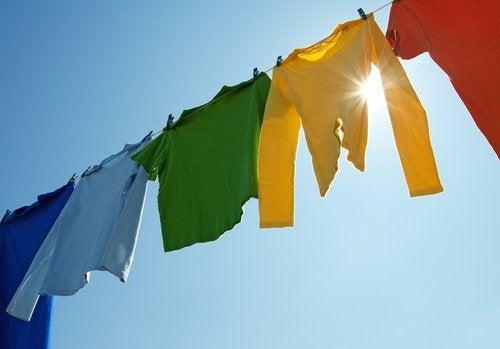 Étendre les habits au soleil pour enlever les odeurs de l'humidité.