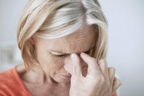 Femme qui souffre de la sinusite
