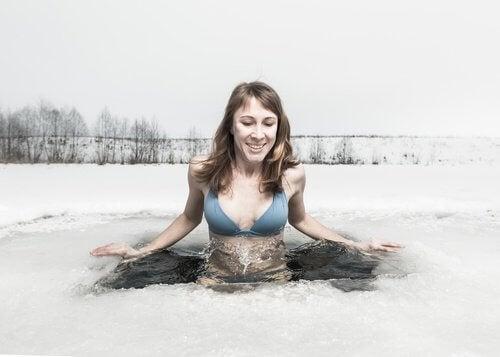 Le corps entier dans l'eau froide.