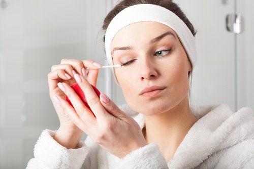 Votre peau est fragile : utilisez du démaquillant