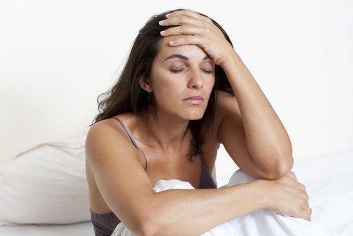 femme avec un visage fatigué