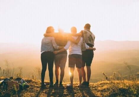 amis se tenant au lever du soleil
