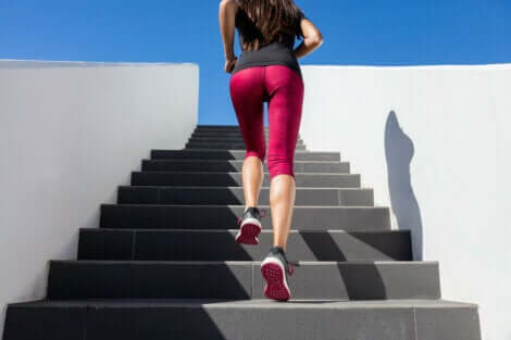 femme montant des escaliers.