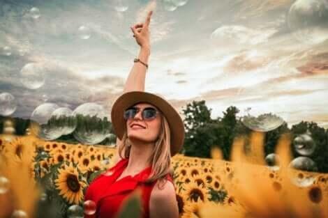 femme dans un champ de tournesols