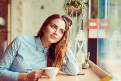 fille buvant un café