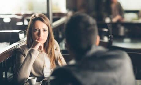 femme face à un homme dans un café