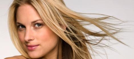 Frictionner à la peau de la tête à la chute des cheveux