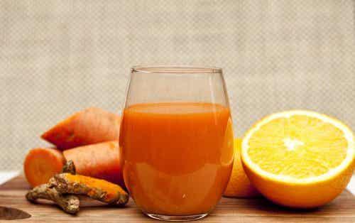 Jus détoxifiant à l'orange, à la carotte et au gingembre
