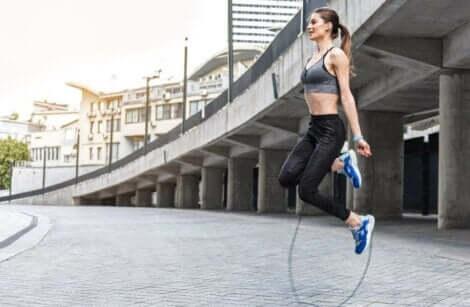 femme sautant à la corde