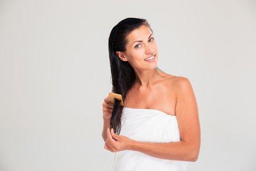 femme se nettoyant les cheveux