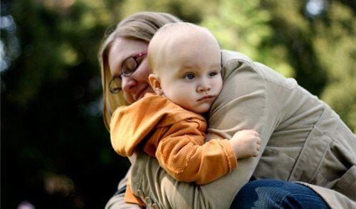 maman qui embrasse son enfant