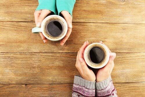 Consommer-du-cafe-et-de-l-alcool-de-maniere-moderee