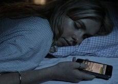 Dormir-avec-des-smartphones-500x290