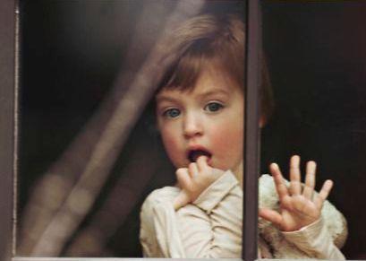 Enfant-derriere-une-fenetre