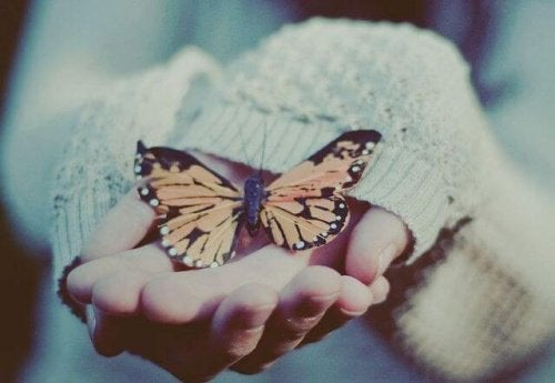 Femme-avec-des-papillons-dans-les-mains-500x345