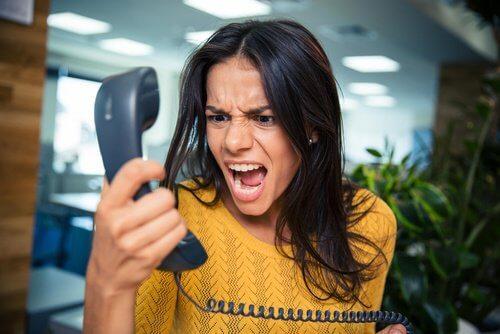 Femme-criant-telephone-500x334