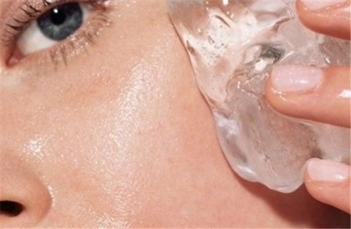 Une astuce pour raffermir la peau avec des glaçons