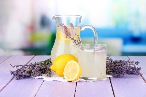 Limonade-a-la-lavande-brute-500x334