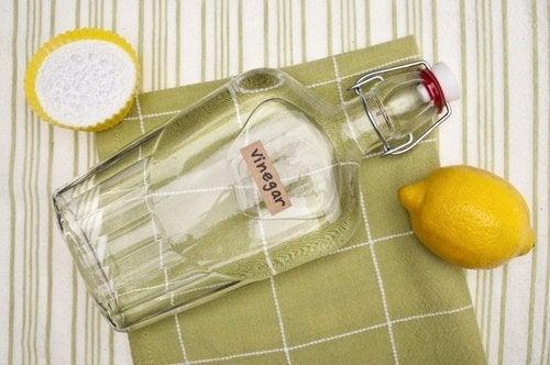 Éliminer les taches de transpiration sur les vêtements blancs : vinaigre blanc