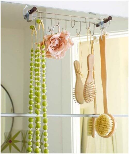 Des crochets sur le miroir des salles de bain
