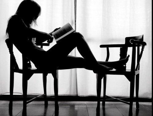 femme-assise-lisant-500x379
