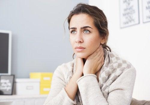 6 causes potentielles des douleurs au cou : facteurs émotionnels