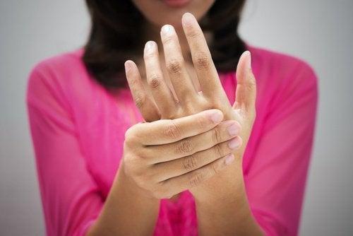 Réénergiser le corps en massant les mains.
