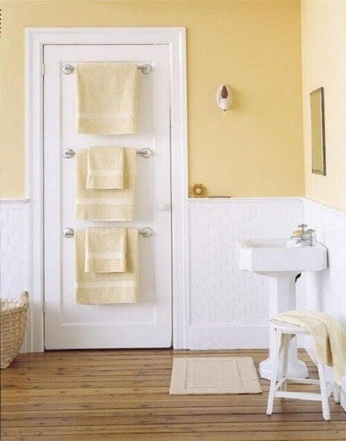 portes-serviettes sur la porte des salles de bain